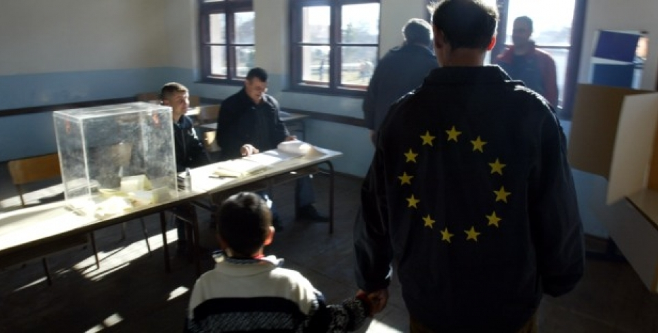 Kosovo Serb wearing a jacket with the EU insignia, arrives to vote on Sunday, Jan. 21, 2007. (AP PHOTO/Visar Kryeziu)