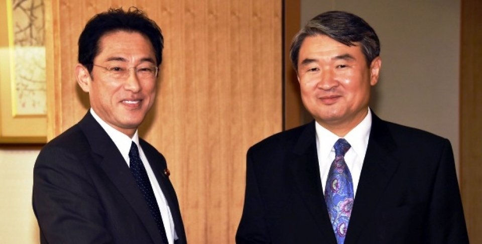 South Korean First Vice Foreign Minister Cho Tae-yong, right, shakes hands with Japanese Foreign Minister Fumio Kishida prior to their talks at Foreign Ministry in Tokyo Thursday, Oct. 2, 2014. (AP Photo/Yoshikazu Tsuno, Pool)