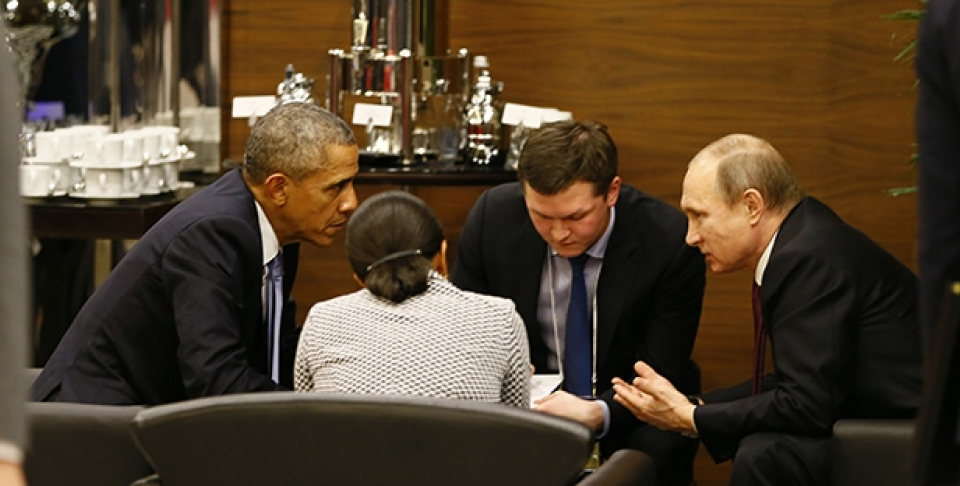 US President Barack Obama speaks with Russian President Vladimir Putin prior to the opening session of the G20 summit in Antalya, Turkey, November 15, 2015. (Cem Oksuz/Anadolu Agency via AP, Pool)