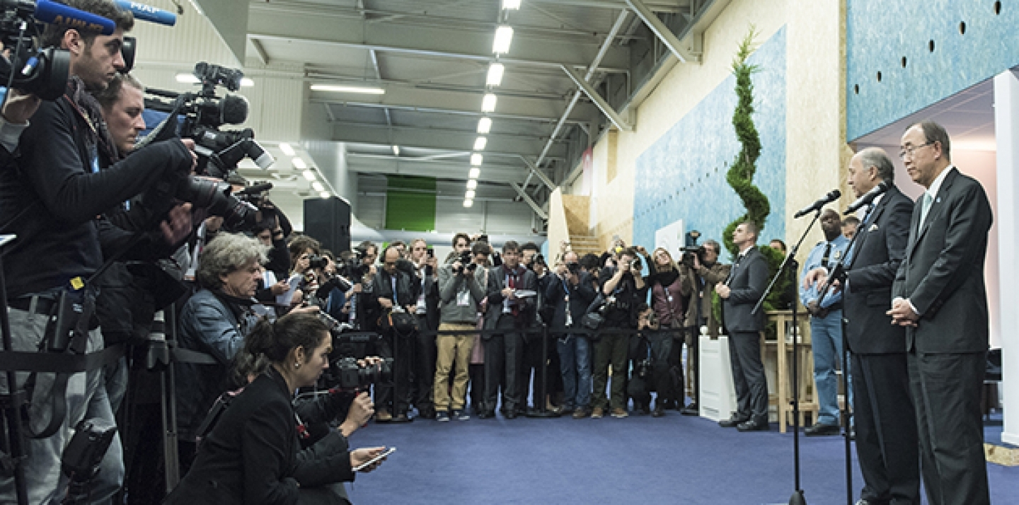A view of journalists gathered for a press encounter, on December 11, with Secretary General Ban Ki-moon and Laurent Fabius, Minister for Foreign Affairs of France and President of the UN Climate Change Conference in Paris (COP21), during the Conference. (UN Photo/Mark Garten)