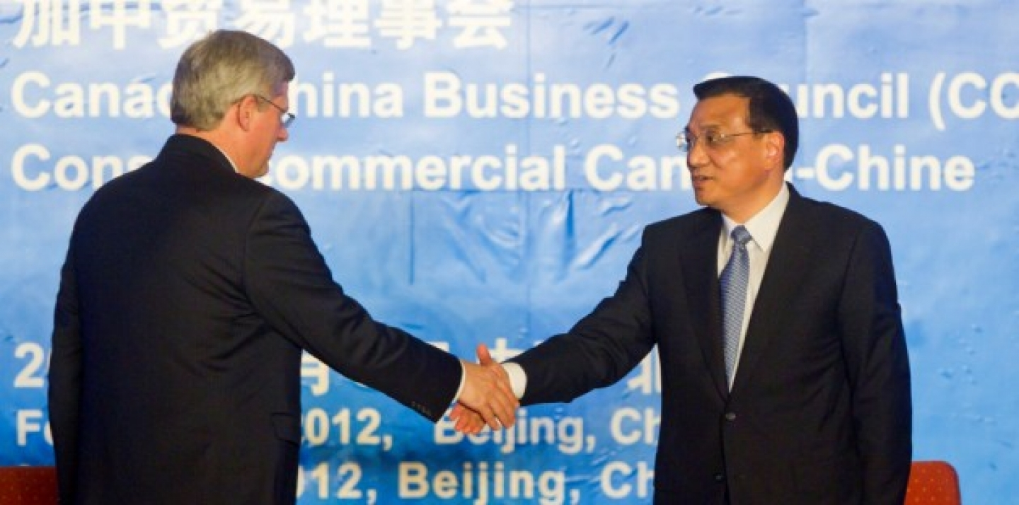Prime Minister Stephen Harper shakes hands with Chinese Vice Premier Li Keqiang at the closing of the 5th Canada-China Business Forum, February 9, 2012.  (AP Photo/Diego Azubel, Pool)