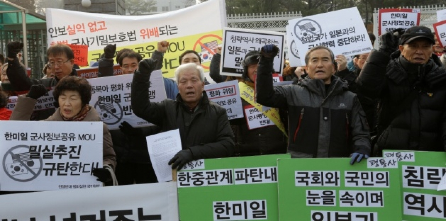 Protesters shout slogans during a rally against the joint intelligence-sharing pact by South Korea, the U.S. and Japan, in front of the Defense Ministry in Seoul, South Korea, Monday, Dec. 29, 2014. (AP Photo/Ahn Young-joon)