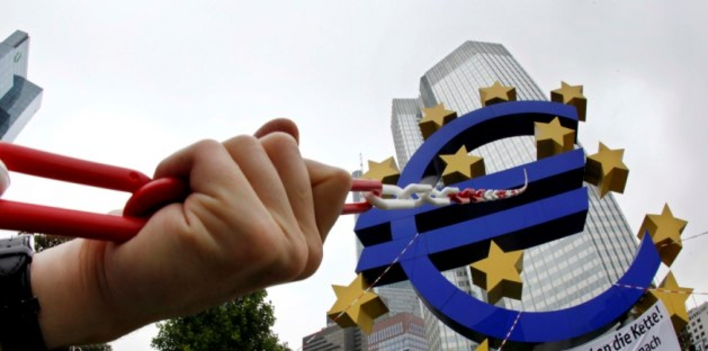 Anti globalization activists put chains over the Euro sculpture in Frankfurt, central Germany (AP Photo/Michael Probst).