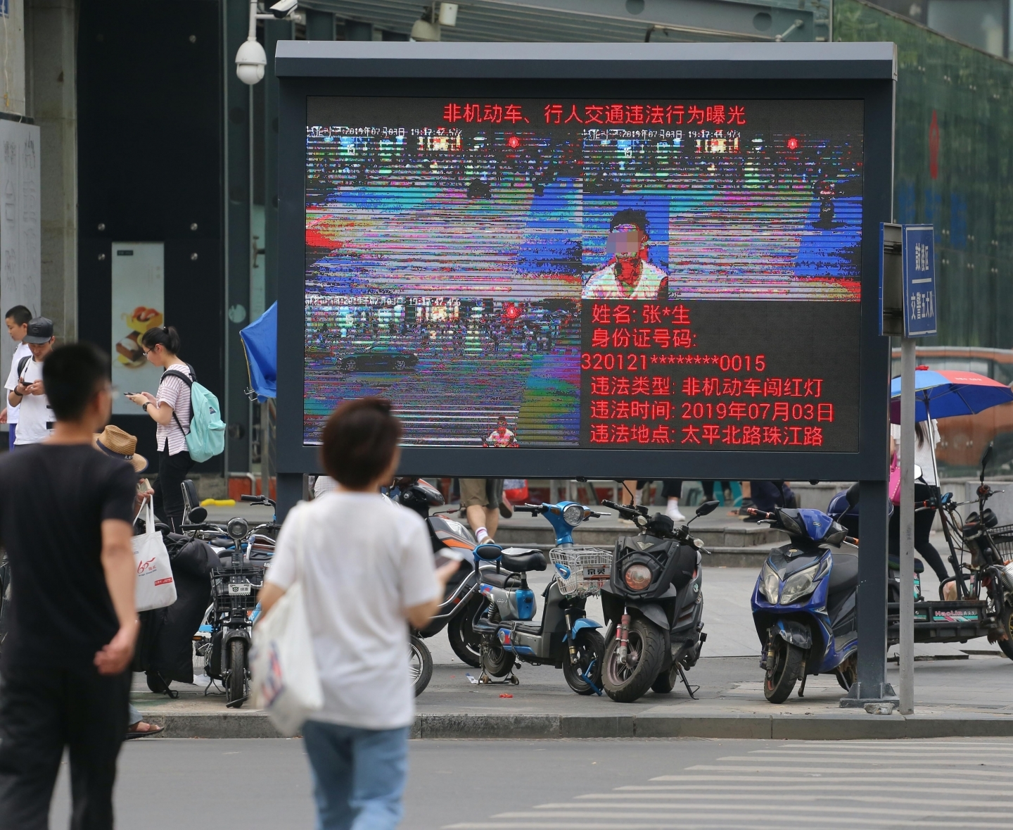 Facial recognition technology helps traffic police capture jaywalkers in Nanjing. (Reuters/Wang Feng).
