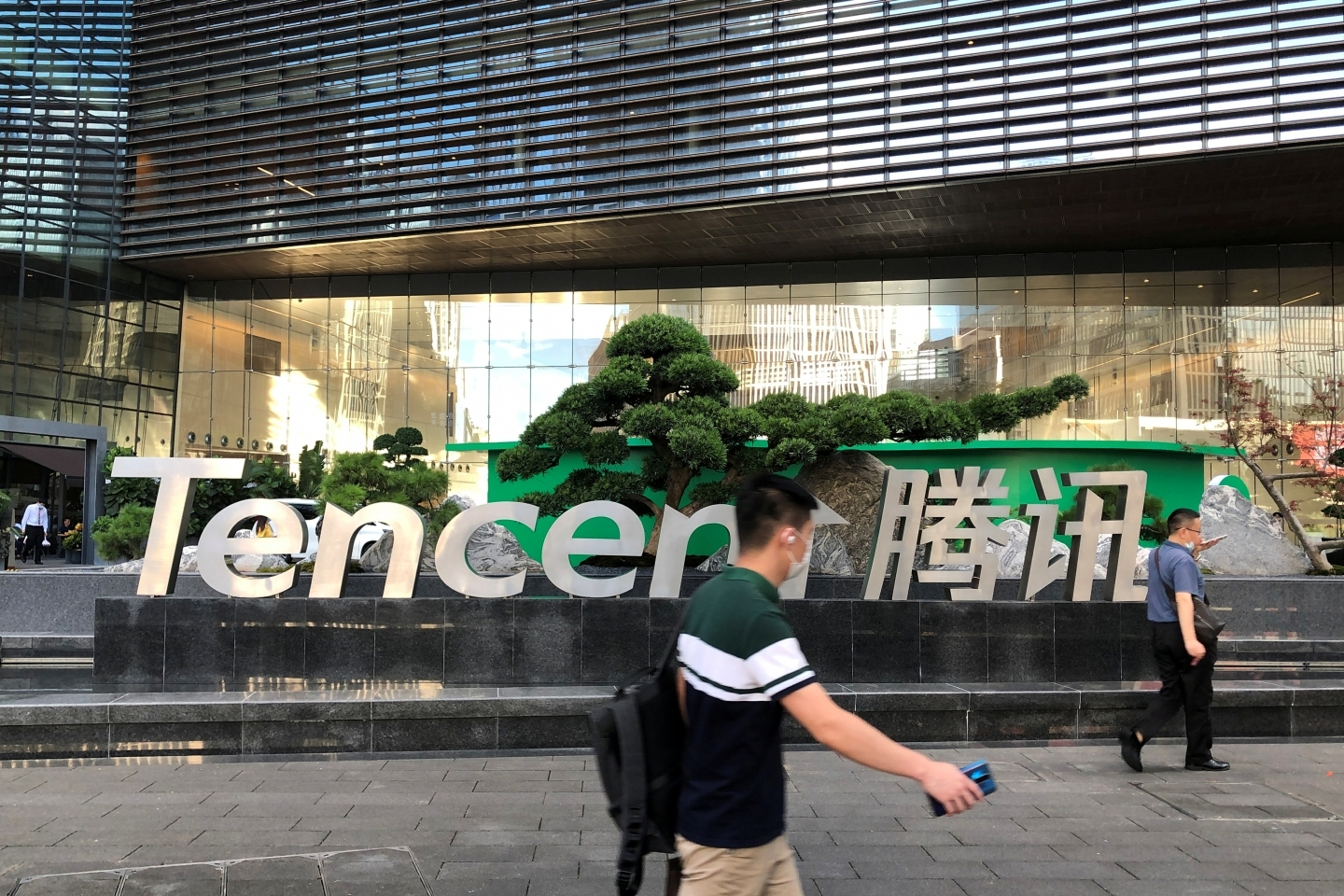 People walk past a Tencent sign at the company headquarters in Shenzhen, Guangdong province, China August 7, 2020. (REUTERS/David Kirton)