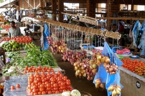 Market in Malawi. (IFPRI -IMAGES via Flickr CC)
