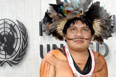Indigenous chief Almir Naramayoga Surui of the Paiter Surui tribe who live in the Amazonas region in the Rondonia state in Brazil, poses in front of the Palais des Nations in Geneva, the main building of the United Nations in Geneva. (KEYSTONE/Martial Trezzini)