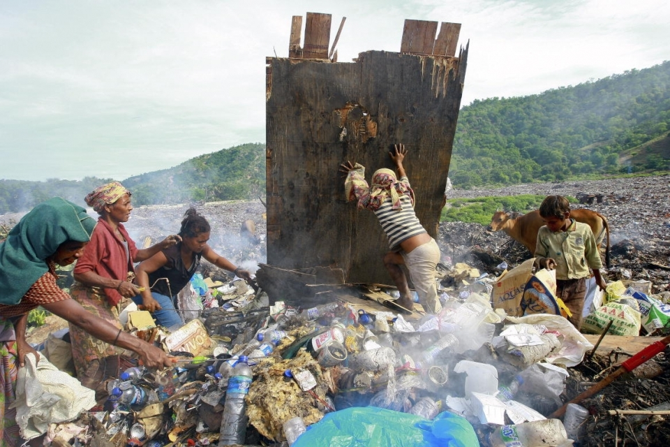 Women and children scavenge to collect cans to sell them in Tibar, Timor-Leste. (Martine Perret/UNMIT)