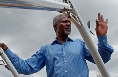 Kofi Annan, former UN Secretary-General, boards a plane (AP Photo/Wally Santana)