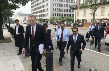 United States Trade Representative Robert Lighthizer and Mexican Secretary of Economy Idelfonso Guajardo walk to the White House on August 27, 2018. (AP Photo/Luis Alonso Lugo)